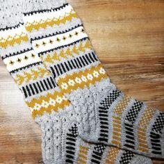 Kirjoneulevillasukat Crochet Socks, Crochet Sweaters, Knitting Socks, Knit Crochet, Wool Hats, Mittens, Knits, Bohemian Rug, Knitwear