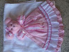 toalhinha de bebê Diy Crafts Hacks, Decor Crafts, Diy And Crafts, Towel Dress, Baby Sheets, Baby Towel, Knitted Afghans, Felt Christmas, Baby Knitting