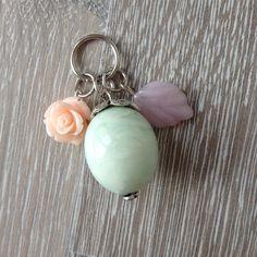 Bedel van mint groene acryl kraal met metalen sierkap, roze glas blad en peach roos. Van JuudsBoetiek, te bestellen op www.juudsboetiek.nl.