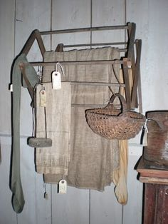 Primitive Wall Drying Rack - via Early PA: Primitive America's Spring Open House Prim Decor, Country Decor, Primitive Decor, Country Primitive, Primitive Laundry Rooms, Vintage Laundry, Primitive Gatherings, Decoration, Shabby Chic