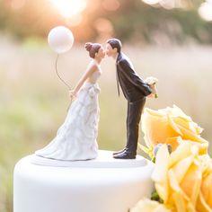 Romantische bruidstaart: Balloons & Kisses Taarttopper | Wedding Cake Toppers | Shop all your wedding decorations: www.weddingdeco.nl