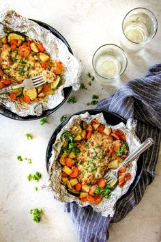 Baked or Grilled Italian Mozzarella Chicken Foil Packets bursting with juicy chicken and tender, flavorful veggies all smothered in Mozzarella Cheese! Foil Potatoes, Foil Packet Potatoes, Chicken Foil Packets, Hobo Packets, Tin Foil Dinners, Foil Packet Dinners, Foil Pack Meals, Hobo Dinners, Chicken Pasta Bake