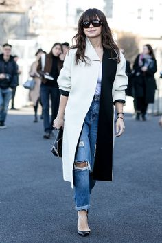 Paris Fashion Week street style: Miroslava Duma wearing ripped jeans, black pumps, a classic feminine white tee and a cool black and white coat. Street Style Trends, Street Style Chic, Autumn Street Style, Cool Street Fashion, Look Fashion, Fashion Photo, Autumn Fashion, Net Fashion, Fashion 2016