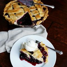 Easy Homemade Blackberry Pie – Rumbly in my Tumbly Köstliche Desserts, Delicious Desserts, Blackberry Pie Recipes, Blackberry Cobbler, Vegan Cake, Deep Dish, Soul Food, Sweet Tooth