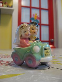 A happy couple. Vintage salt & pepper set. I know I know a salt and pepper shaker, this could be the cutest cake topper ever. an original............. walking on sunshine:)