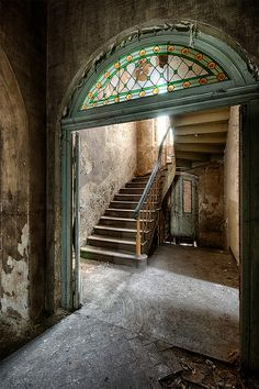 Urbex Wonka Mansion -- love the glass above the doorway Old Abandoned Buildings, Abandoned Castles, Old Buildings, Abandoned Places, Beautiful Ruins, Beautiful Buildings, Beautiful Places, Old Mansions, Abandoned Mansions