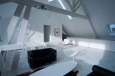 Loft contemporain / Minimaliste / blanc / épuré / intérieur moderne / Salon / Salle à manger  Parquet / mur brique / Charpente bois / Architecte d'intérieur : Agence MAYELLE / Photo : ©Pierre Rogeaux