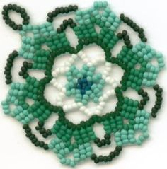 The centerpiece of what is going to be a netted necklace, in the odd form of brick stitch called Saraguro. Seed Bead Jewelry, Bead Earrings, Beaded Jewelry, Beaded Bracelets, Beading Projects, Beading Tutorials, Beading Patterns, Beaded Christmas Ornaments, Diy Schmuck