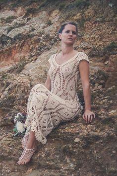 Luna Creciente (luna) evoca el espíritu de la primavera, para una novia flor. Mezcla de formas geométricas con motivos de flores grandes, esta es una prenda muy favorecedor en todas las formas de cuerpo. Talla S/M, este vestido tiene un elegante escote, cubierto los hombros y es románticamente terminada con encaje de ganchillo a mano. Este vestido que adelgaza te dará un look moderno, fresco y cómodo, para un día de boda inolvidable. La impresionante espalda abierta y patrones dibujará…