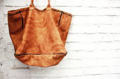 316labco:  vegetable #leather with #painted outline #bag from #thebaggi  contact. mhslab316@gmail.com  #paint #art #design #studio #leather #clutch #fashion #brand #style #designer #instagram #instafashion #instadaily #dailylook #인스타그램 #인스타데일리 #청담 #성수동 #thebaggi #316labco #seoul #nyc(Seoul, South Korea에서)