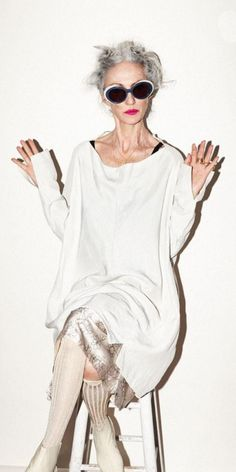 Linda Rodin / Rika Magazine My woman. Mature Fashion, Over 50 Womens Fashion, Fashion Over 40, Look Fashion, Fashion Tips, Fashion Trends, Winter Fashion, Ladies Fashion, 50 Fashion