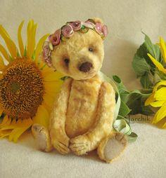 Малышка-голышка в веночке :-) Цвет - просто песня!!! Теплый желтый, скорее бархатно-абрикосовый.