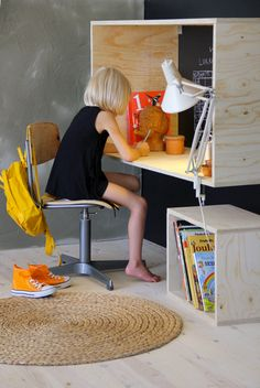 bureau chambre enfant sans pieds à fabriquer avec 4 planches de contreplaqué ou MDF qui se fixe au mur