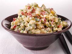 Helppo salaatti kasviksista ja juustosta sopii vaikka iltapalaksi tai noutopöytään. Tarjoile lisänä rapeaa leipää.