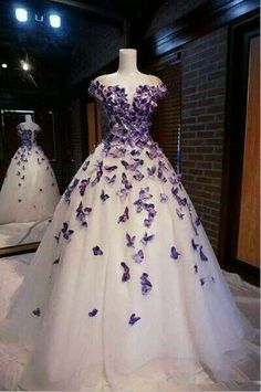 Purple Butterfly Appliques Ball Quinceanera Dress Birthday Party Sweet 15 Gown from Hot Lady Lila Schmetterling Appliques Ball Quinceanera Kleid Geburtstag Party Sweet 15 Kleid von Hot Lady – Cute Prom Dresses, Sweet 16 Dresses, Ball Dresses, Elegant Dresses, Pretty Dresses, Beautiful Dresses, Formal Dresses, Dress Prom, Party Dress