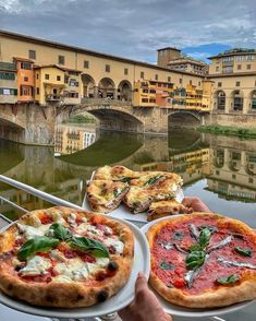 10 Best Places to Visit in Italy - Pizza in Florence, Italy by Ponte Vecchio - Pizza Italia, Cute Food, Yummy Food, Italy Food, Italian Summer, Italian Night, Think Food, Aesthetic Food, Food Cravings