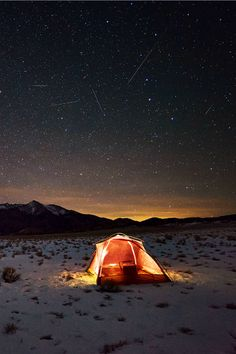 Find The Best Tips For Camping Right Here. You can't deny the natural appeal of the outdoors. If you want to make your next camping trip an experience to remember, you need to get informed. Into The Wild, Bushcraft, Glamping, Camping Sauvage, Winter Camping, Snow Camping, Outdoor Camping, Winter Tent, Outdoor Life