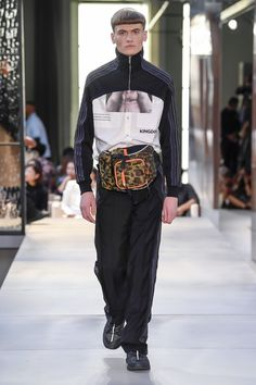 Burberry Spring 2019 Ready-to-Wear Fashion Show Collection: See the complete Burberry Spring 2019 Ready-to-Wear collection. Look 119 Mens Fashion Week, Star Fashion, Runway Fashion, Fashion Weeks, Women's Fashion, Fashion Design, Burberry Print, Burberry Men, Burberry Prorsum