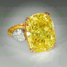 @thejewellcloset . Stunning Yellow Diamond & White Diamond Ring