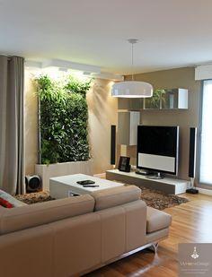 Séjour zen avec mur végétal. Matériaux élégants : verre, laque, cuir
