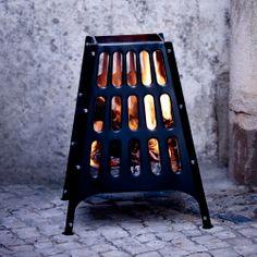 Nahaufnahme von BROKÖ Feuerkorb für draußen in Schwarz, in dem ein Feuer brennt