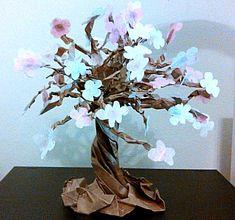 Papieren boom met bloemen die makkelijk te maken is met een vel bruin papier en wat papiertjes voor de bloemen. Een echt kunstwerk.