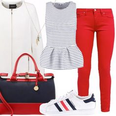 Jeans in denim rosso, top peplo a righe orizzontali, giacca bianca con chiusura con cerniera, sneakers allacciate con suola in gomma, borsa tricolore con manici e tracolla, collana con ciondoli