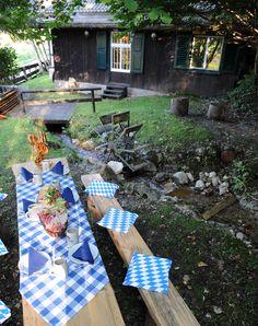 Hütte im Tal von Garmisch-Partenkirchen; Garten der Riessersee-Hütte für Feiern aller Art: Bayerischer Abend, eine rustikale Hochzeit, Grillabend oder Brotzeit im gemütlichen Garten am Bachlauf