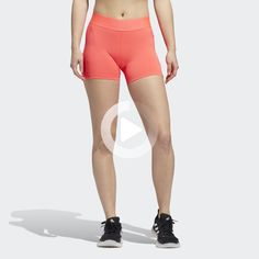 Whether lunges or squats, this short tight does it all. Their soft, moisture-absorbing material ensures a comfortably dry feeling and supports you in your workout. You can also stow important little things in the mesh pocket. #morningyoga Shorts With Tights, Leggings, Squats, Lunges, Morning Yoga Stretches, Gym Pass, Deep Squat, Fitness Motivation, Fitness Photoshoot