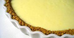 Εξαιρετική συνταγή για Λεμονόπιτα πανεύκολη. Δροσερή, αρωματική, πανεύκολη λεμονόπιτα. Λίγα μυστικά ακόμα Επειδή, η κρέμα βγαίνει πολύ ρευστή αρχικά, για καλύτερο αποτέλεσμα, μπορείτε να βάλετε το εβαπορέ/συμπυκνωμένο για μία ώρα στην κατάψυξη προτού το χτυπήσετε.Για το ζελέ, μπορείτε να χρησιμοποιήσετε 2 φακελάκια και το νερό που λέει στη συσκευασία.Εναλλακτικά αντί για ζελέ, μπορείτε να χρησιμοποιήσετε σιρόπι λεμονιού το οποίο θα το φτιάξετε με1) 2 λεμόνια2) 50 γρ. ζάχαρη3) 1 ποτήρι ...