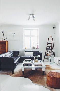 Mooie zwarte leren hoekbank met een witte pallet tafel - Beautiful black Leather corner couch with white pallet table