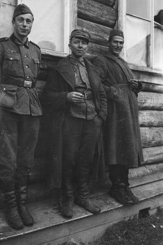 German, Finnish and a Russian soldier having a peaceful conversation. Aunus, Pin by Paolo Marzioli Orthodox Catholic, Catholic Priest, German Soldiers Ww2, German Army, Russian Boys, Military Police, World War Two, Armed Forces, Wwii