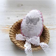 Bavlněné+vajíčko+-+motýl+Šité+bavlněné+vajíčko+z+červenobílé+bavlny+je+ozdobeno+ručním+tiskem+kresleného+motýla,+dozdobeno+bavlněnou+bílou+krajkou.+Vytvoří+krásnou+jarní+atmosféru+nejen+na+chalupě.+Výška+vajíčka+asi+11+cm.+Údržba+-+spíše+suché+čištění,+příležitostně+možno+ručně+vyprat,+časté+praní+v+pračce+ale+poškodí+tisk.+Ošatka+na+fotografii...