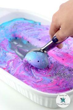 Simple Version: Vanille Eiscreme leicht anschmelzen lassen und mit Lebensmittelfarben färben. Für mein Einhorn Eis habe ich noch Himbeermarmelade untergemischt.