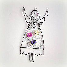 Dekorácie - anjelik s fialovými kvetmi - 7565003_