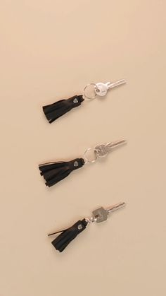 On bags, jewelry, clothes and more - tassels are everywhere this season! We show you how to easily make your own DIY leather tassels. made accessories diy Leder Tassel selber machen Diy Earrings, Leather Earrings, Leather Jewelry, Diy Leather Accessories, Diy Leather Tassel Keychain, Bag Accessories, Leather Diy Crafts, Leather Bags Handmade, Diy Leather Gifts