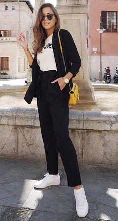 Street style look com bolsa amarela.
