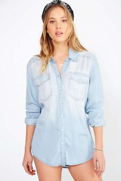 Must-have chambray button-down shirt from BDG. Super light-washed chambray cut in a long + drapey silhouette with a curved hem complete with a buttoned placke… Blue Button Up Shirt, Blue Denim Shirt, Denim Button Up, Button Up Shirts, Chambray Shirts, Vintage Denim, Vintage Shirts, Vintage Tops, Casual Tops For Women