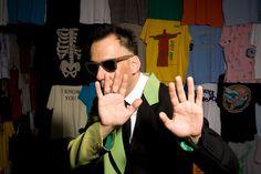 """Paralelo à exposição """"Palavra em Movimento"""", assinada por Antunes, o show conta com músicas do novo CD do cantor, chamado """"Já É"""", e abertura da Móveis Coloniais de Acaju."""