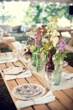 flor em garrafas,  pratos coloridos sem conjunto