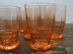 Zes roze wijnglaasjes