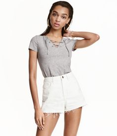 Short, fitted top in jersey. V-neck with lacing and short sleeves.