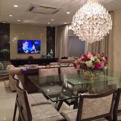 Living com lustre lindo de morrer!! Ao fundo o painel da tv com laterais em mármore ❤️❤️