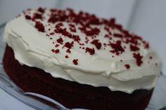In Norwegian: Dropp alt maizenamelet. Søtt og friskt, med blodrødt utseende: red velvet cake. Kjøp konditorifarge fra Americolor eller Wilton på ebay - mye billigere enn i Norge!