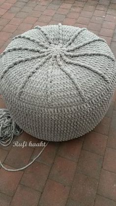 Ben je nog op zoek naar een leuk housewarming geschenk? Deze poef doet het altijd goed en is leuk om te haken. Hier vind je een stap-voor-stap handleiding. Crochet Pouf, Stool Covers, Make Your Own Clothes, Crochet Instructions, T Shirt Yarn, Knitting Yarn, Crochet Projects, Winter Hats, Pillows