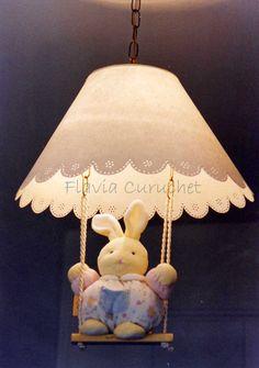 Lámpara de techo para habitación de bebé, con hamaca y peluche intercambiable.  Pantalla calada a mano.