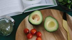 A few years ago, it would have been unthinkable to think of high fat foods for weight loss. If you are thinking of what high fat foods to eat, read on. High Potassium Foods, Healthy Snacks, Healthy Eating, Healthy Exercise, Keto Snacks, Avocado Health Benefits, Avocado Nutrition, High Fat Foods, Vegetarian Recipes Easy