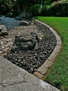 Make your own concrete edging for flower beds and borders. This easy weekend project will add interest and pattern to any garden. Mulch Landscaping, Landscaping Images, Landscaping With Rocks, Front Yard Landscaping, Landscaping Software, Concrete Landscape Edging, Concrete Garden, Landscape Design, Diy Concrete