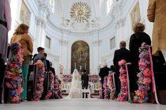 Addobbi floreali in chiesa pieni di colore e fantasia per un matrimonio dai toni romantici e provenzali