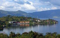 Tempat wisata Danau Toba sudah dikenal oleh wisatawan domestik maupun mancanegara sebagai danau vulkanik terbesar tidak hanya di Indonesia namun se Asia tenggara. Danau yang terletak di Provinsi Sumatera Utara ini dikelilingi oleh deretan gunung berapi yang dikenal sebagai pegunungan bukit barisan. Suasana sejuk, hamparan danau yang biru, ditambah pesona alam dari hijaunya pegunungan sangatlah sulit dicari tandingannya. Di kawasan ini anda dapat menikmati pemandangan danau Toba dengan view…
